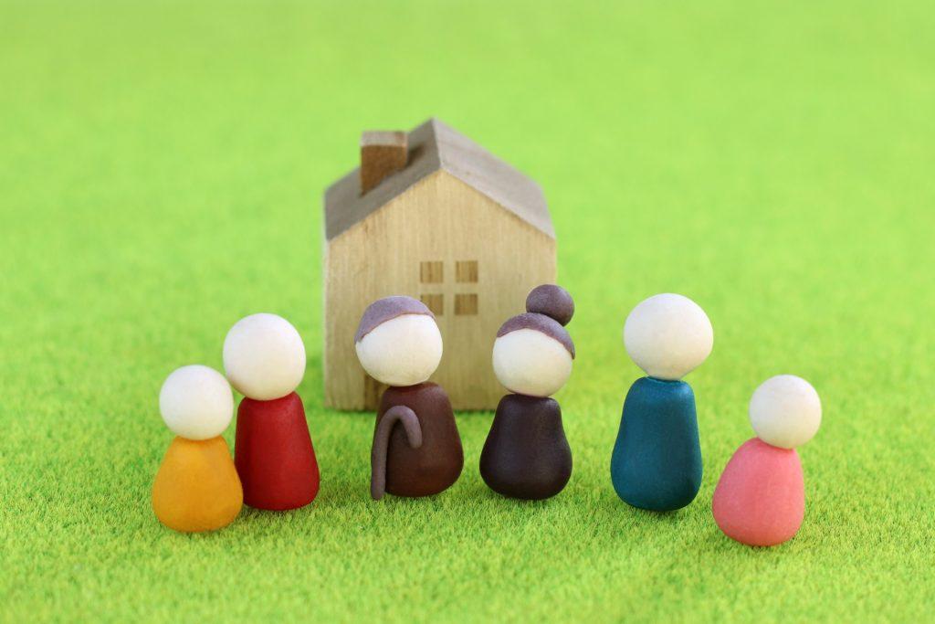 離れて暮らす親に介護が必要になったら、近くに転居するべきか!?