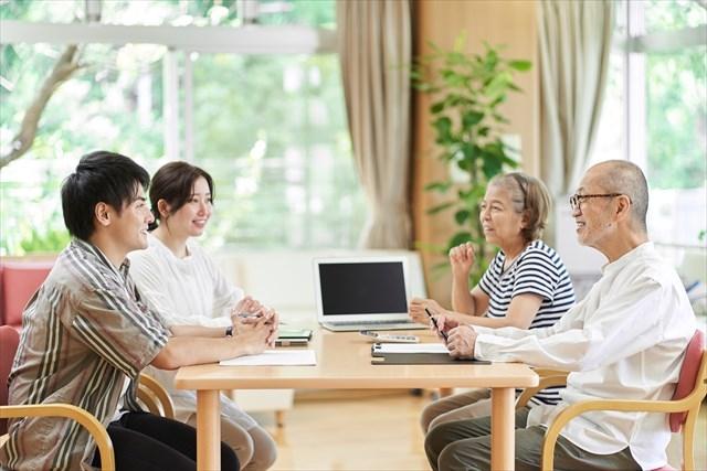 施設に入所する家族との面会制限をどう考えるか